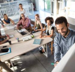 reunion-entreprise-whiteboard-brainstorming-salle-centre-affaires