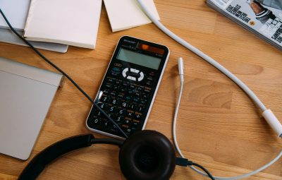 comptabilité avec calculette et papiers