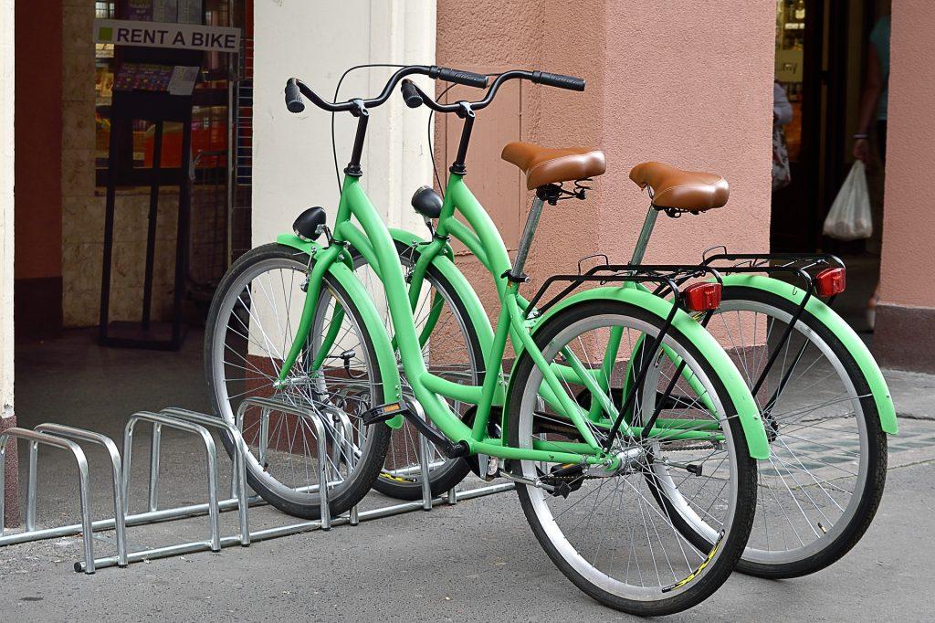 Deux vélos verts sur un trottoir