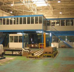 Cabine industrielle grande hauteur installée dans un atelier