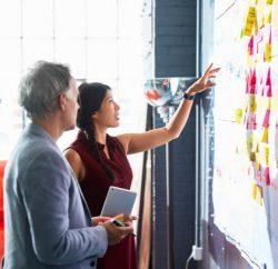 Entrepreneurs qui qui réfléchissent à leur stratégie de communication pour faire connaître leur entreprise