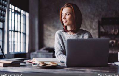 une femme travaillant à distance