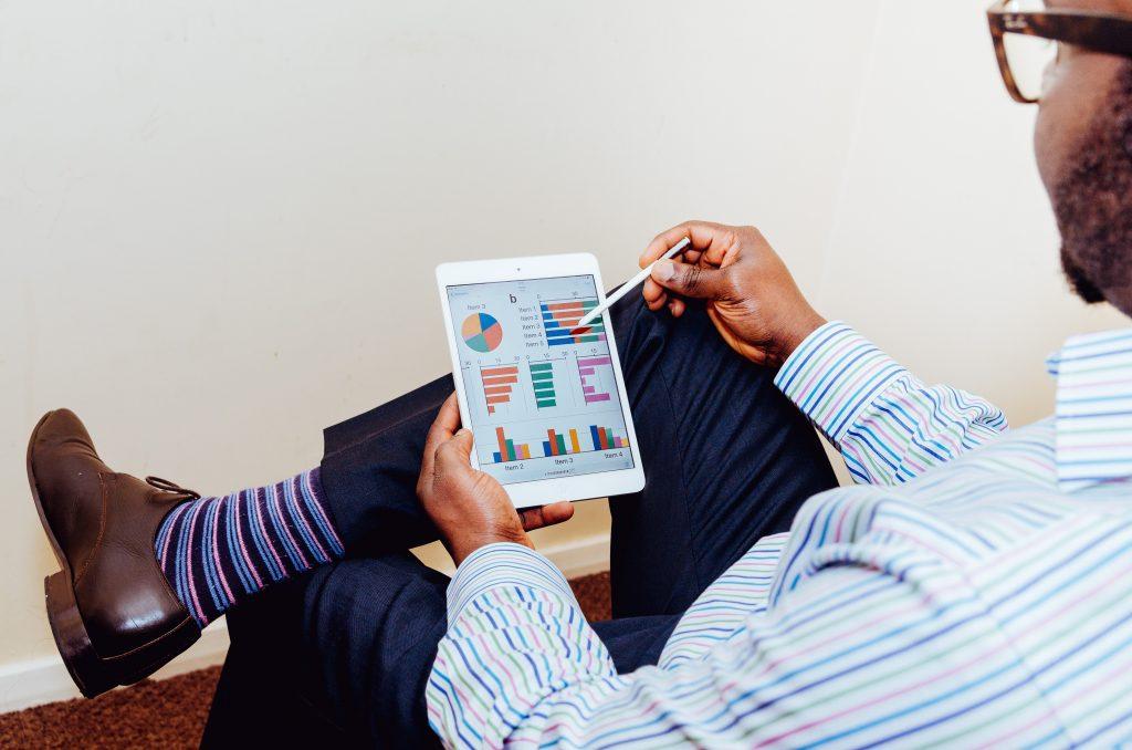 comptabilité sur ipad mini avec graphique et analyse au travail