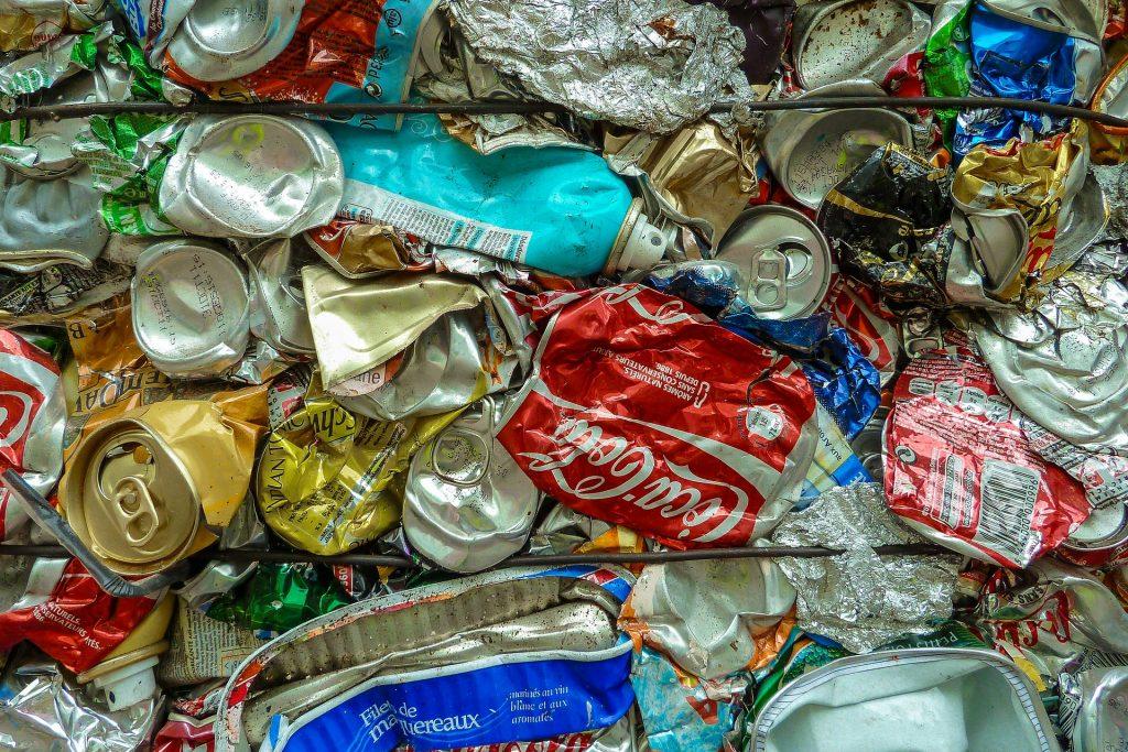 Des cannettes compactées avant leur recyclage