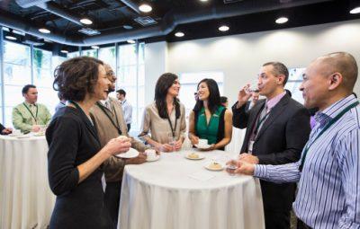 personnes discutant lors d'un événement d'entreprise