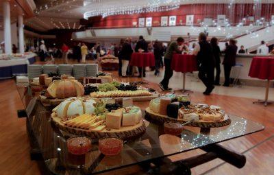 plats à base de fromages et de fruits lors d'un événement