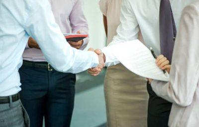 reprise-entreprise-business-contract-signature-homme-affaires-costumes
