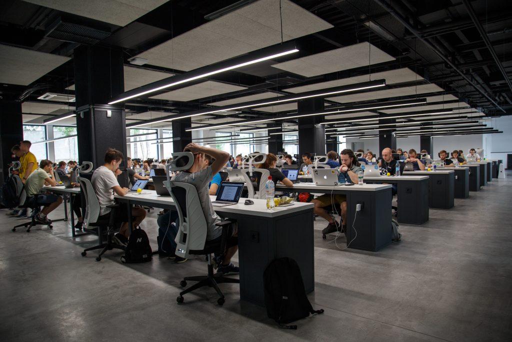 Espace de travail en coworking avec plusieurs employés à leurs bureaux.