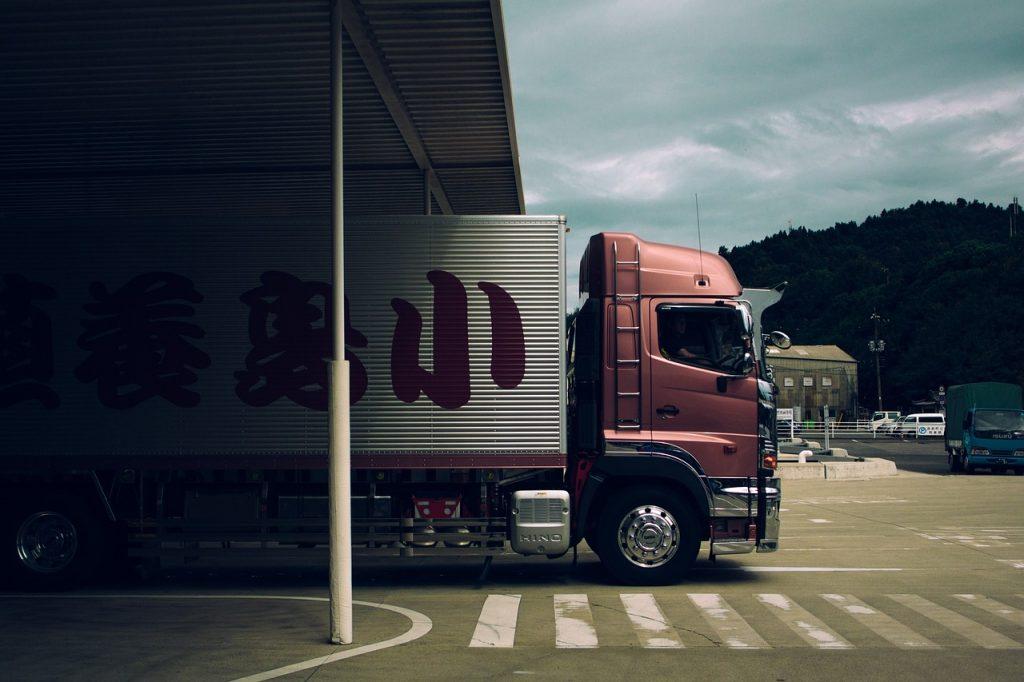 Camion de transport qui sort d'un entrepôt