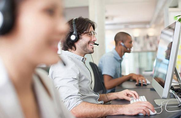 Prestataires qui répondent au téléphone face à leur écran d'ordinateur