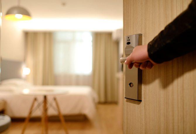 Employé d'un hôtel qui ouvre la chambre d'un client