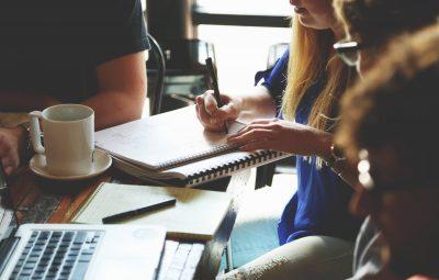 Collègues qui participent à une activité de team building en équipe