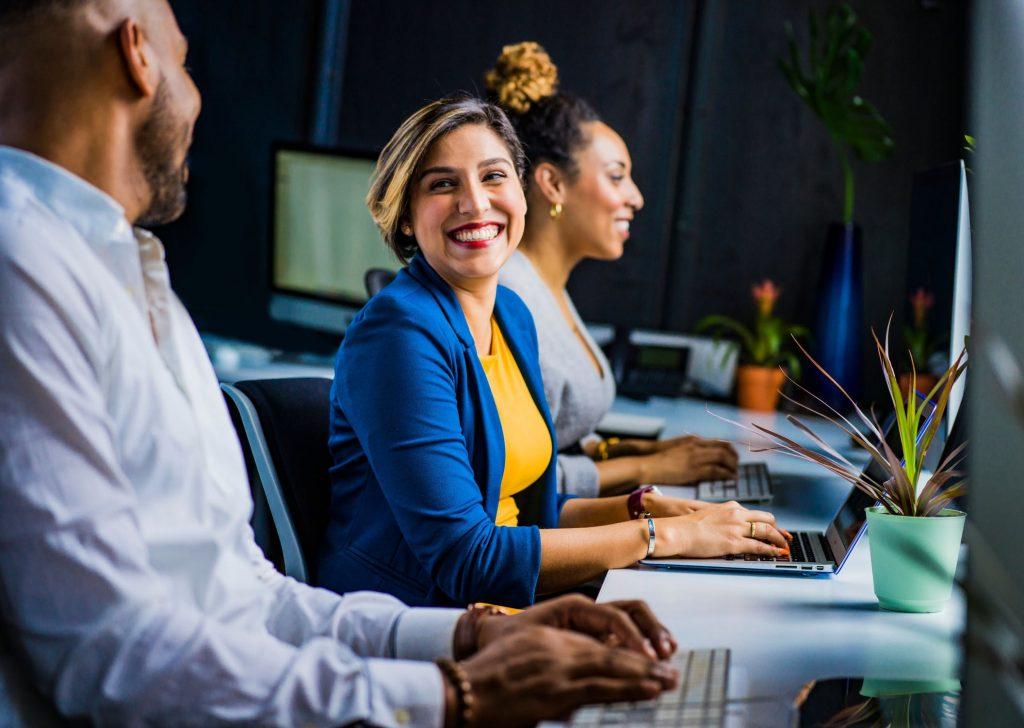 Réunion au sein d'un cabinet de recrutement pour embaucher un nouveau salarié