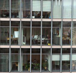 Immeuble de bureaux vitrés vus du côté