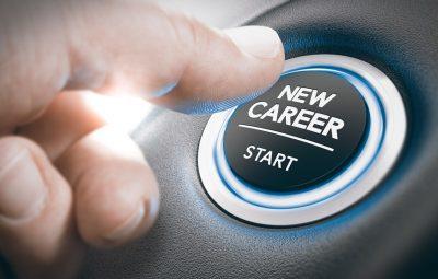 Personne qui appuie avec son pouce sur un bouton pour commencer une nouvelle carrière professionnelle