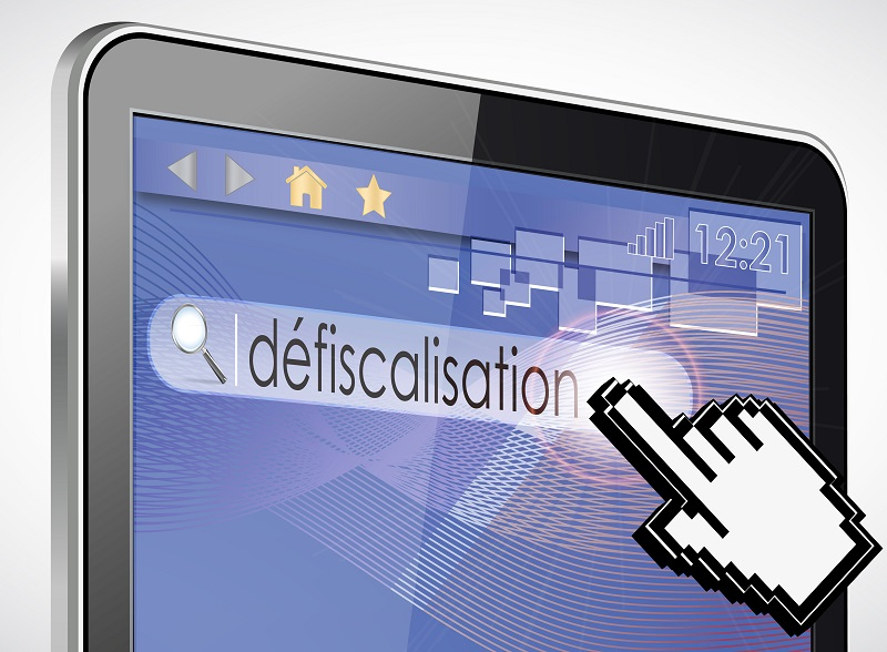 Pointeur de souris en forme de main qui montre le mot défiscalisation dans une barre de recherche sur une tablette